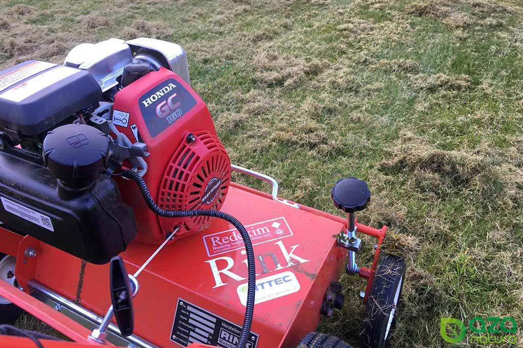 Zahradní kultivátor pro vyčištění trávníku